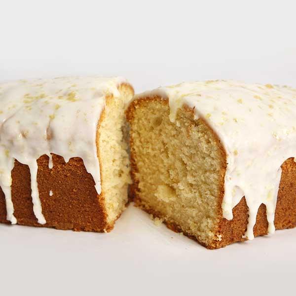 cake de limón cortado con cobertura
