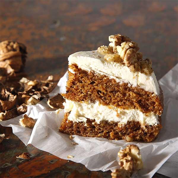 porción carrot cake con cobertura