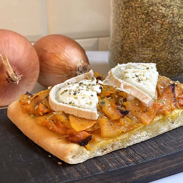coca mediterránea de calabaza, cebolla y queso de cabra