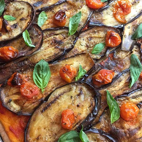 coca de berenjena, tomates y mozzarella