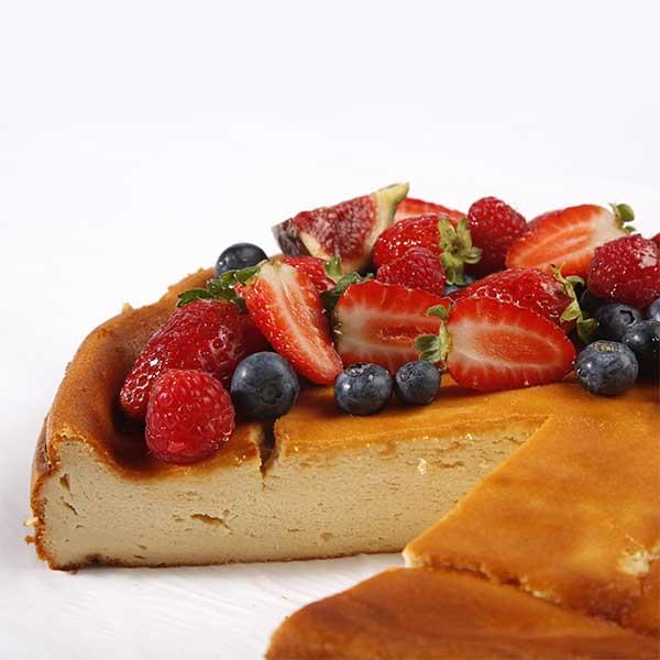 detalle pastel de queso con frutos rojos